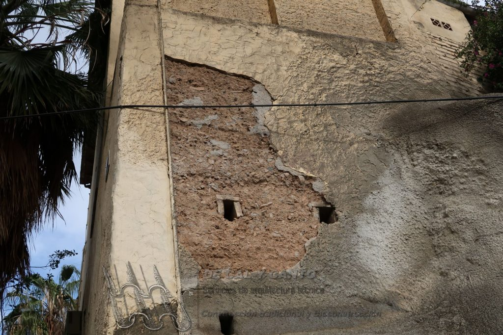 Muro de tapia con patologías de humedades debido al enfoscado de cemento